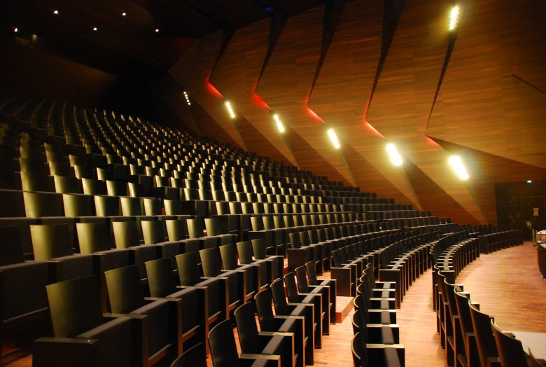 Der Konzertsaal ist mit gewelltem Akazienholz ausgekleidet – für ein einzigartiges Klangerlebnis. Foto: Tom Benz