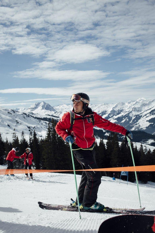 Die Tiroler Skilehrerausbildung gilt als beste der Welt, entsprechend zeitaufwendig ist sie. Wer es bis zum Diplom-Skilehrer schaffen will, muss sich laufend weiterbilden – und unter anderem auf Parcours an seiner Technik feilen.