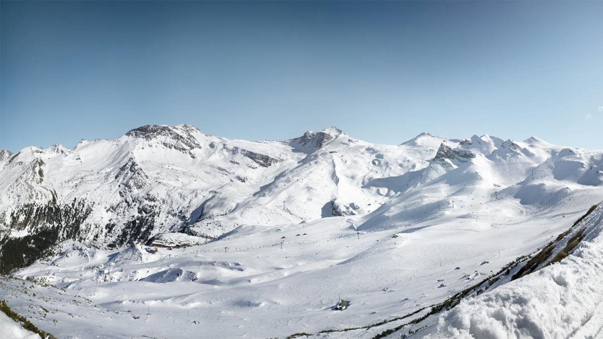 Mit den Wintersportgebieten Ski Zillertal 3000 und dem Hintertuxer Gletscher ist das Tal gleich mit zwei wichtigen Skiarenen bestückt. Verfügt das erste über ein besonders großes Pistenangebot, punktet der Gletscher als Österreichs einziges Ganzjahresskigebiet., © Hintertuxer Gletscher
