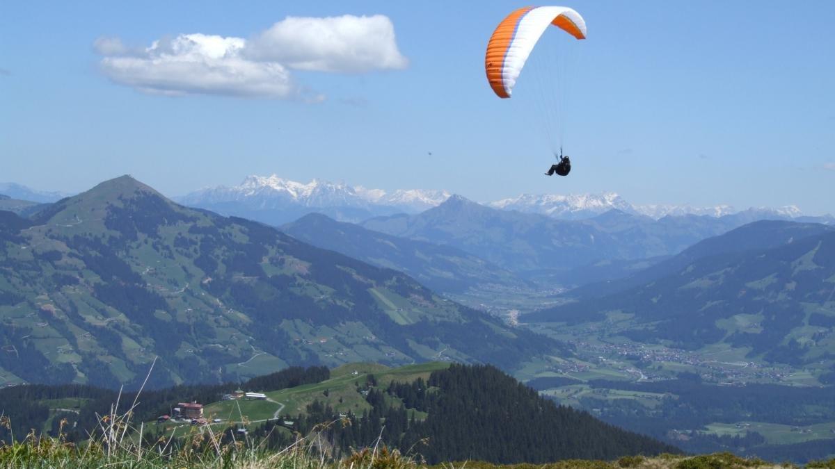 Das erste der vier Kirchdörfer liegt am Taleingang der Wildschönau. Es gilt als Paradies für Paraglider und Drachenflieger., © Wildschönau Tourismus