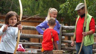 Anspannen, zielen, Schuss - beim Ötzi Weekend können sich Kinder an Pfeil und Bogen ausprobieren, © Ötzi-Dorf
