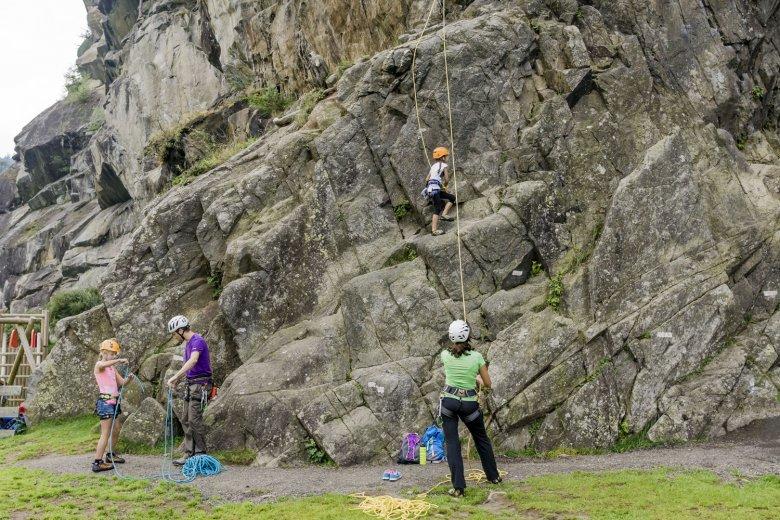 Klettern mit Kindern in Oberried bei Längenfeld. Foto: Tirol Werbung.