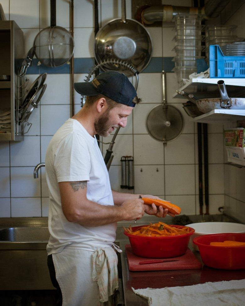 Das Team der Stüdlhütte verarbeitet täglich Unmengen an möglichst frischen Lebensmitteln für die hungrigen Bergsteiger.