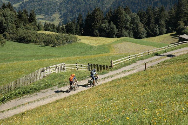 Sommertraum mit warmem Fahrtwind: auf den Sonnenterrassen bei Wenns im unteren Pitztal.