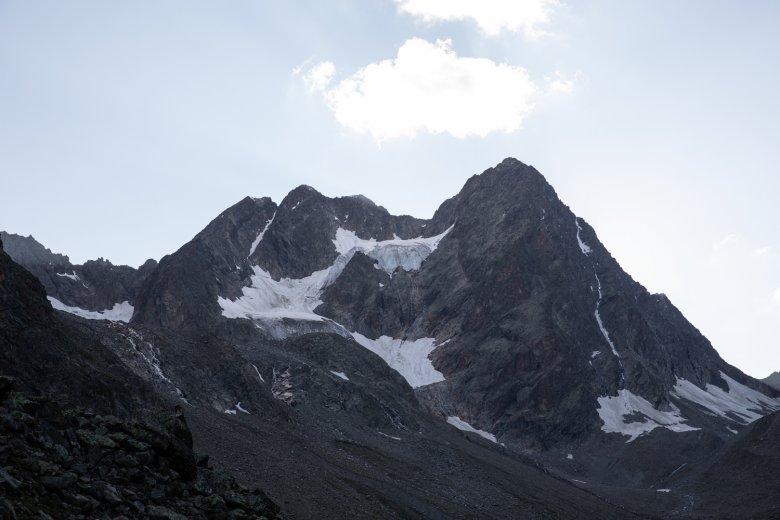 Der Doppelgipfel der Watzespitze. Der Ostgrat verläuft durch den dunkelsten Bildteil.