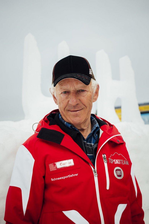 """Gerhard Told ist der Chef. Er ist 73 Jahre alt. Als Skilehrer arbeitet er seit seinem 16. Lebensjahr. Wie vielen Menschen er seitdem das Skifahren beigebracht hat? """"Oh mei"""", sagt er und lacht."""