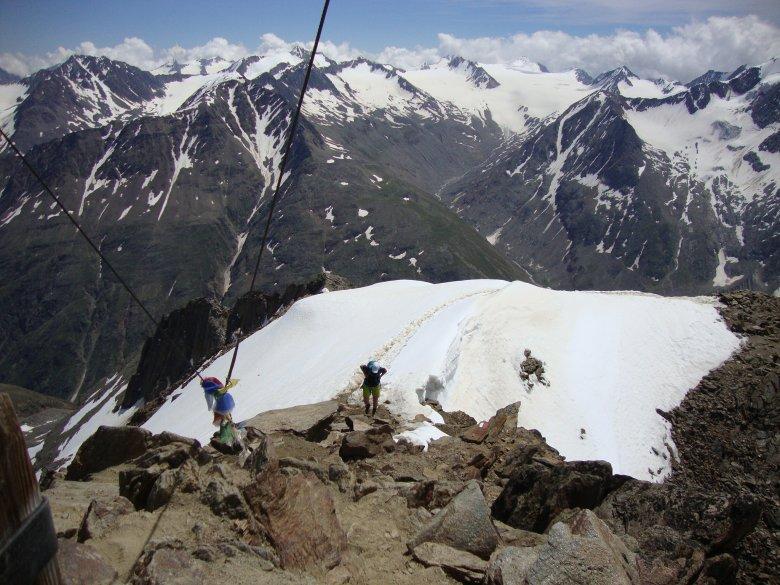Danach wird es etwas steiler und wir passieren Altschneefelder. Am Gipfelgrat kann auch im Hochsommer noch Schnee liegen. (Foto: Michael Gams, Tirol Werbung)