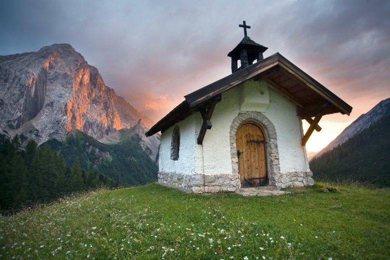 Die Kapelle auf der Hallerangeralm vor dem Großen Lafatscher. (c) TVB Innsbruck/Roger Rovira
