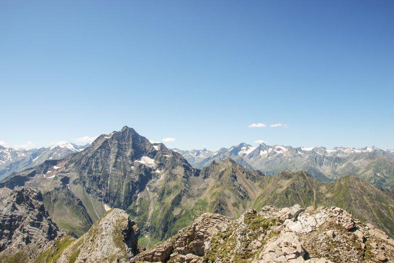 Der Habicht gesehen von der Kirchdachspitze. Der Aufstieg erfolgt über die linke Flanke.