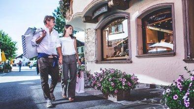 Einkaufen im Dorfzentrum von Seefeld, © Olympiaregion Seefeld, Stephan Elsler