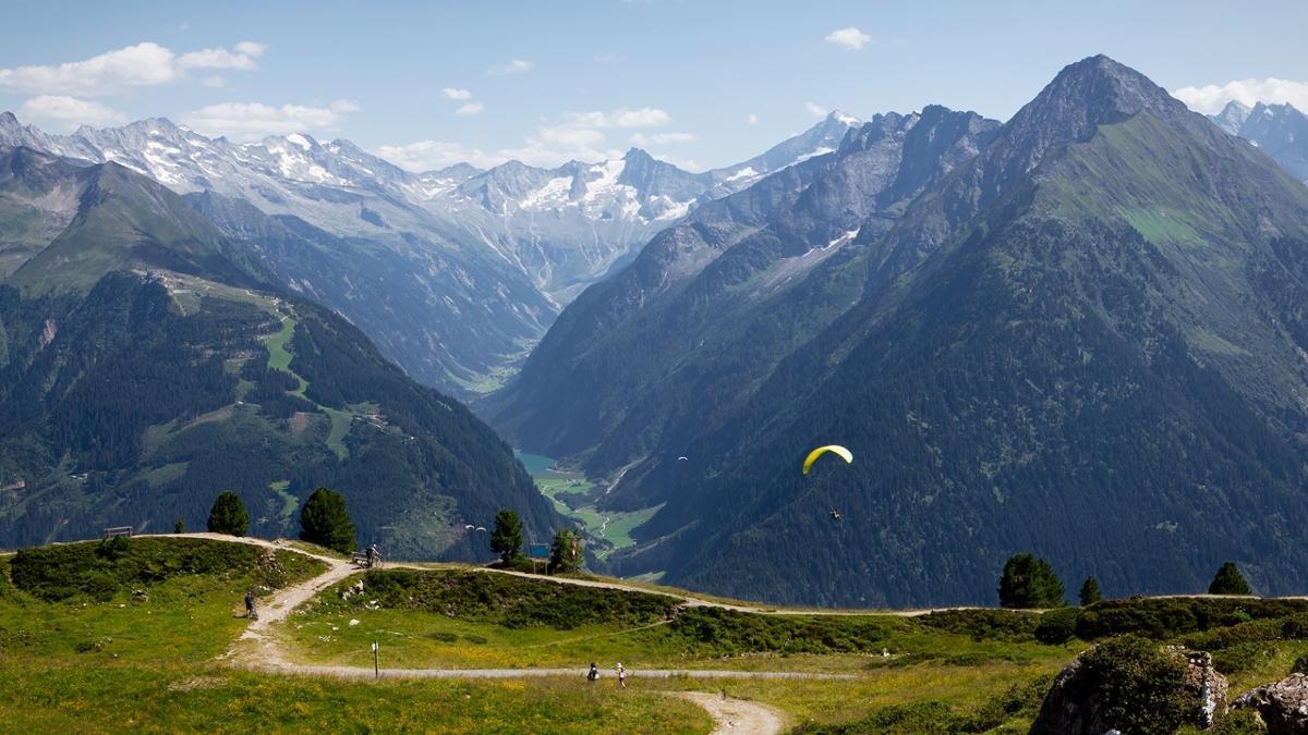 Der Penken ist unter Paraglidern berühmt für seine Thermik. Wer den Gleitschirm nicht selbst beherrscht, lässt sich im Tandem pilotieren., © Mayrhofner Bergbahnen