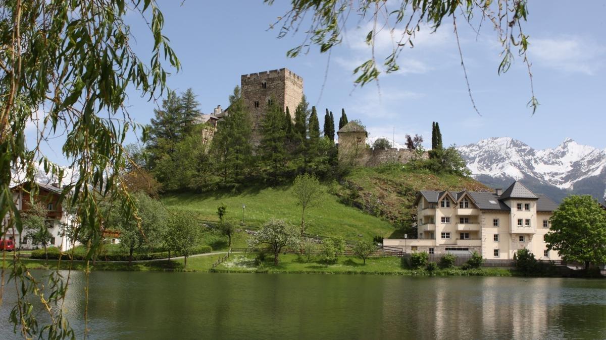 """Der mittelalterliche Turm, gelegentlich auch """"Laudeck"""" genannt, thront auf einem senkrecht abfallenden Schieferfelsen über Ladis und konkurriert mit dem Panorama der Samnaun-Gruppe., © Andreas Kirschner"""