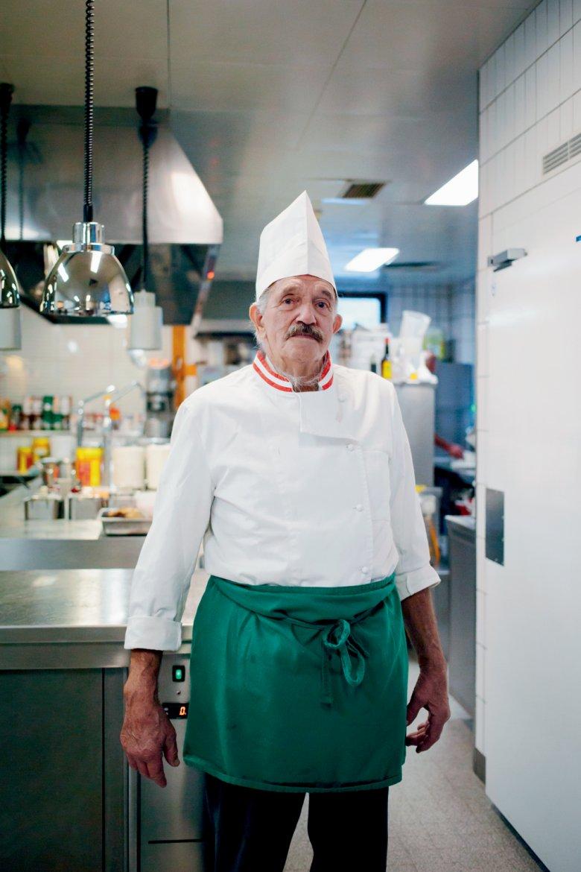 Die Kochmütze sitzt, der Schnauzer auch: Josef Tipotsch in der Küche des Hotels Jäger in Tux.