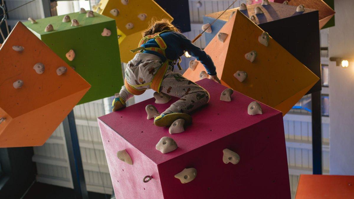 Die Indoor-Kindergärten mit Spielplätzen sind die perfekten Betreuungsorte für den Nachwuchs. Denn Langeweile herrscht hier nie., © Tirol Werbung/Casey Moore