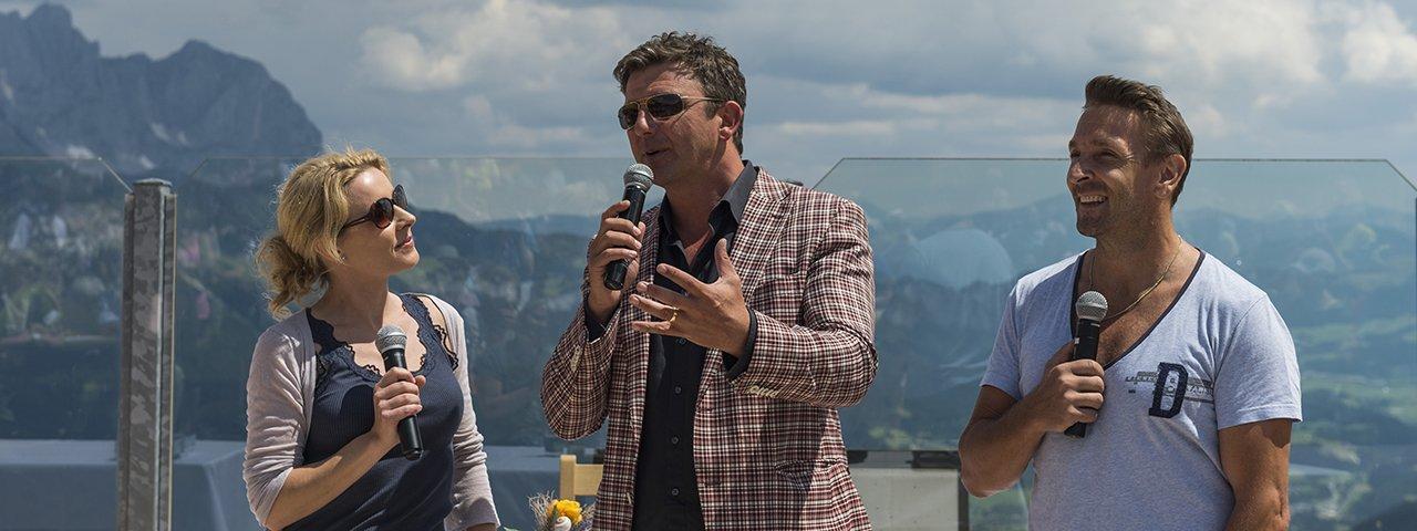 Dr. Martin Gruber alias Hans Sigl mit Schauspielerkollege Mark Keller bei der BergdoktorWoche, © Daniel Reiter / Peter von Felbert