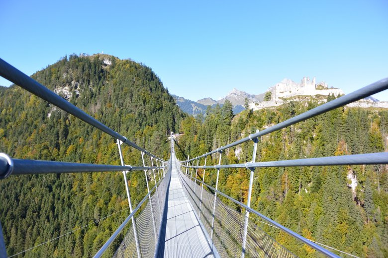 Vom Parkplatz der Burgenwelt Ehrenberg wandern wir 15 Minuten bergauf zur highline 179, der längsten Fußgängerhängebrücke der Welt im tibetischen Stil. Kleiner Tipp beim Überqueren der Brücke: Immer schön nach vorne schauen!
