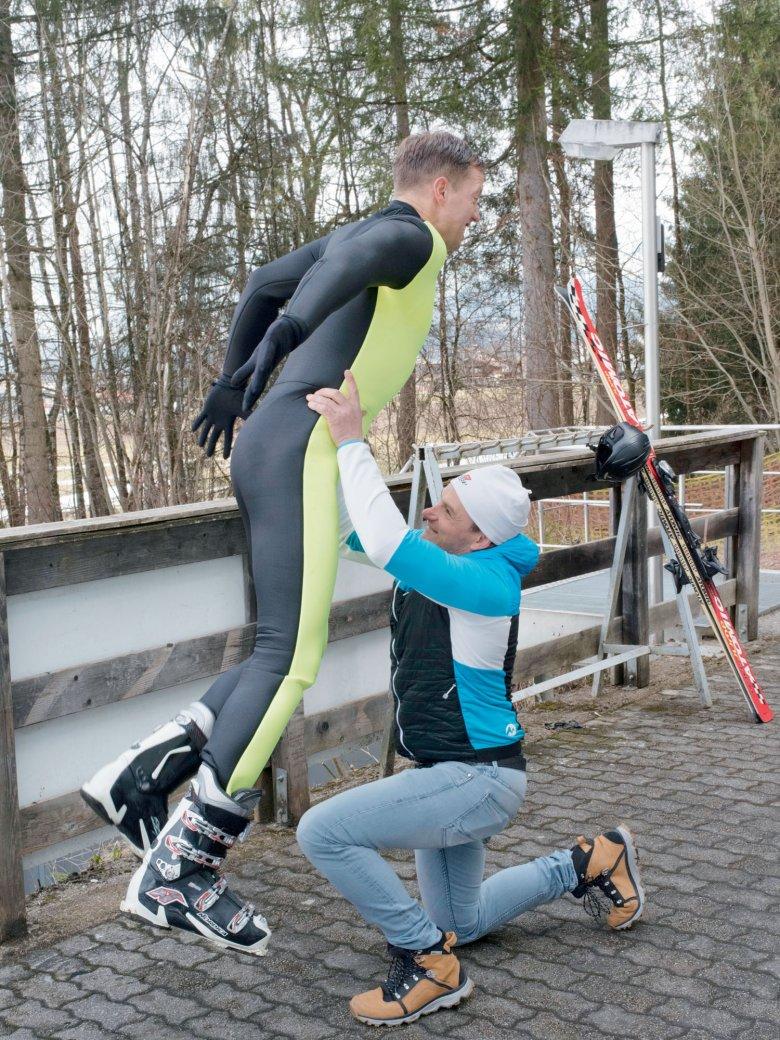 Bei dieser Übung springen Skiflugprofis aus dem Stand in die Arme des Trainers, die dieser über den Kopf ausstreckt. Unser Autor muss noch üben.