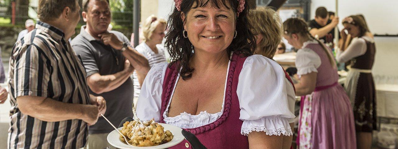 Der bekanntesten Tiroler Mehlspeise zu Ehren: das Ellmauer Kaiserschmarrnfest, © von Felbert / Reiter