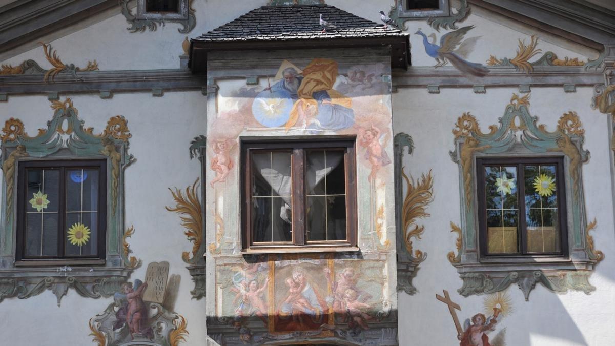 """Für Kulturinteressierte ist Reutte ein heißer Tipp. Prächtige alte Häuser, gestaltet von dem Maler Johann Zeiller, zieren das Ortsbild. Eine Perle ist etwa das """"Grüne Haus"""", Heimat des Regionalmuseums. Zudem gibt es bunte Events wie den Reuttener Kulturherbst., © Tirol Werbung/Aichner Bernhard"""