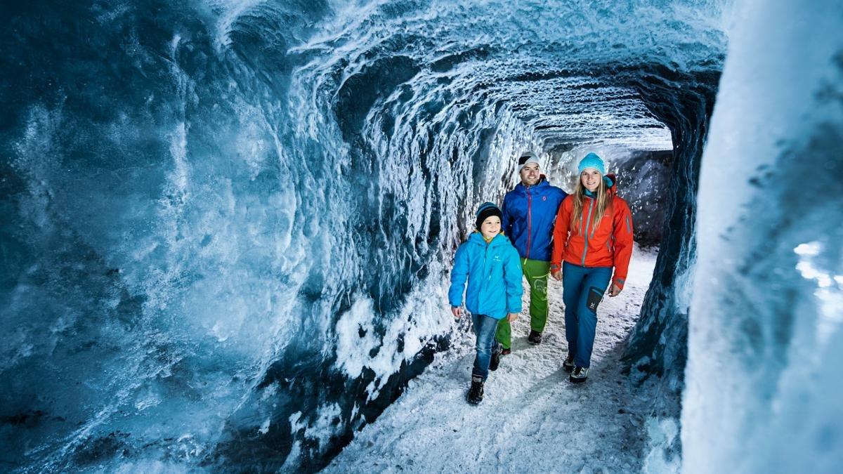 Wissen Sie, was Gletschermilch ist? Kennen Sie sich aus mit dem Schutz der Gletscher? In der Eisgrotte erfahren Kinder und Erwachsene alles, was es über das ewige Eis zu wissen gibt., © Stubaier Gletscher/Andre Schönherr