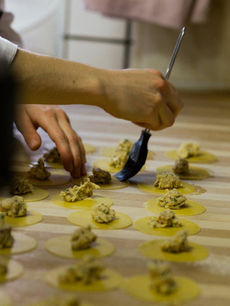 Für die modernen Kreationen aus der Küche ist der Küchenchef Christian Ranacher zuständig.            , © Tirol Werbung / Nicolas Hafele