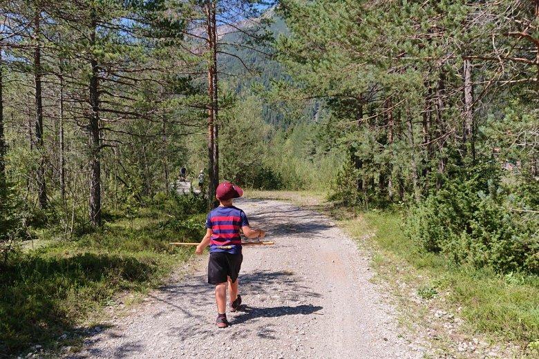 Die Rucksäcke der Kinder sollten natürlich auch so leicht sein, dass sie bei Bedarf auch noch von Mama oder Papa geschultert werden können. (c) Tirol Werbung – Julia Koenig