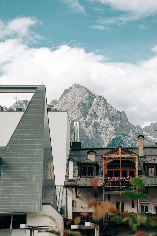 Das Abraham-Haus mit den Lienzer Dolomiten im Hintergrund.