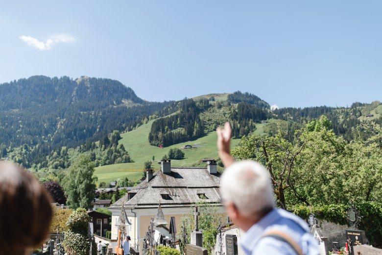 Zwischen der Andreas- und der Liebfrauenkirche hat man den Hahnenkamm genau im Blick. Hier ließ sich auch Walde inspirieren: Das gelbe Haus im Vordergrund war sein Atelier. , © Maria Kirchner
