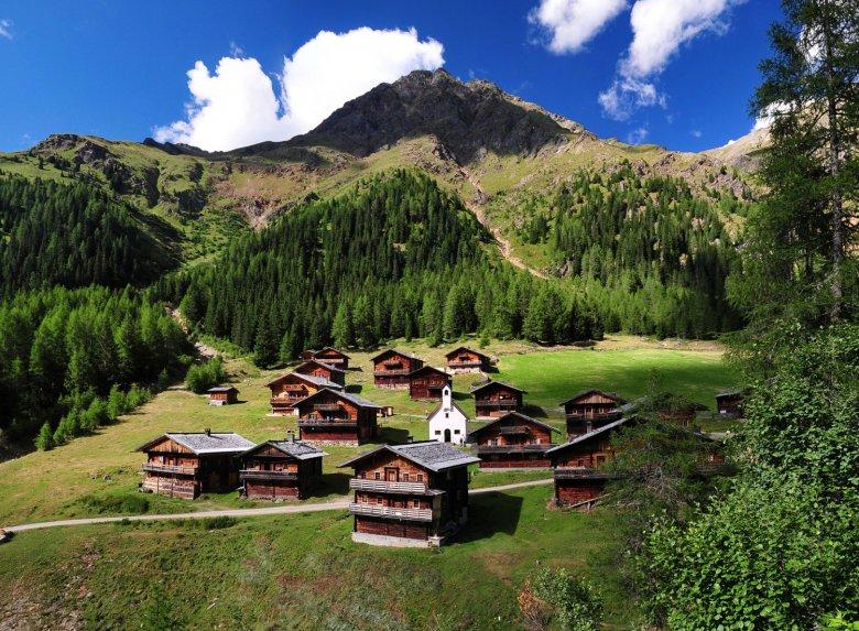 Die Oberstalleralm mit ihrer Kapelle im Villgratental. (c) TVB Osttirol/Armin Bodner