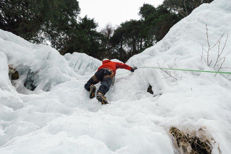 Eine Frage der Technik: Mit den Steigeisen und den Eisgeräten kommt unser Autor gut voran in der Wand. Aber hat er genügend Kraft, um bis nach oben zu kommen?