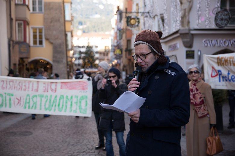 """Mit Franzobel durch Innsbrucks Straßen bei der """"literarischen Demonstra(k)tion"""". , © Thomas Steinlechner"""