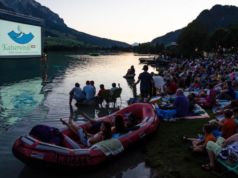 """Kinonächte direkt am Walchsee mit Blick aufs Kaisergebirge: """"Kino am See"""" in Walchsee. Foto: TVB Kaiserwinkl"""