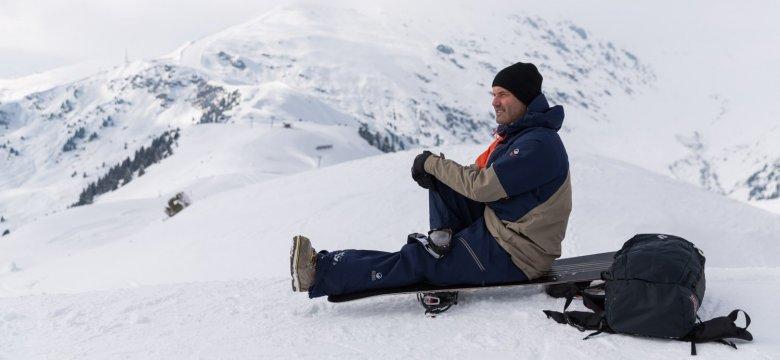 Nachdem wir ein paar Runden im Skigebiet gedreht haben, genießt Thomas den Ausblick am Penkenjoch.