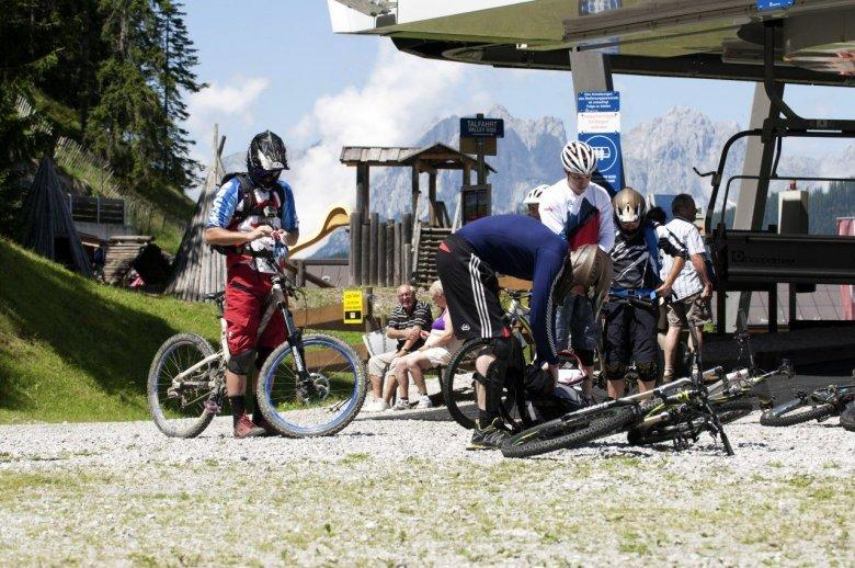 Mountainbiker bei der Bergstation des Sessellifts auf den Gaisberg. , © Tirol Werbung, Michael Werlberger