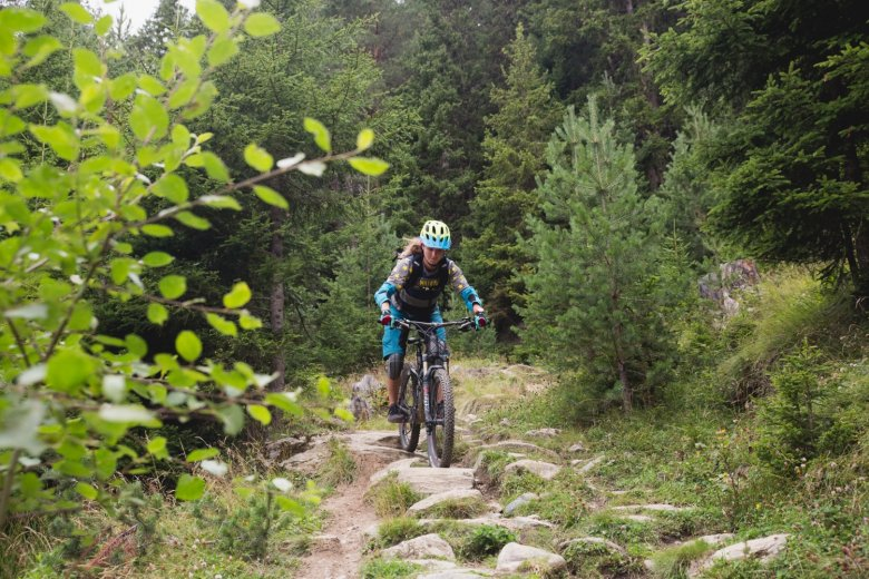 """TW Herzmomente – Oetztal – Mountainbike-Guide Vreni Meijerink von MTB-Schule """"Ride on"""" – Auffahrt zur Kleble Alm."""
