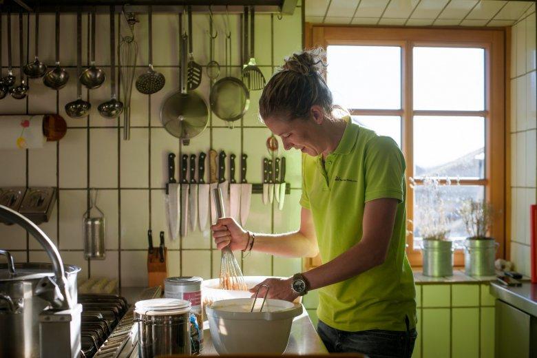 Wilfrieds jüngste Tochter Claudia ist im Sommer auch auf der Hütte. Gemeinsam mit ihren Eltern hat sie am 23. Mai 2010 als erste Familie der Welt gemeinsam den Everest bezwungen.