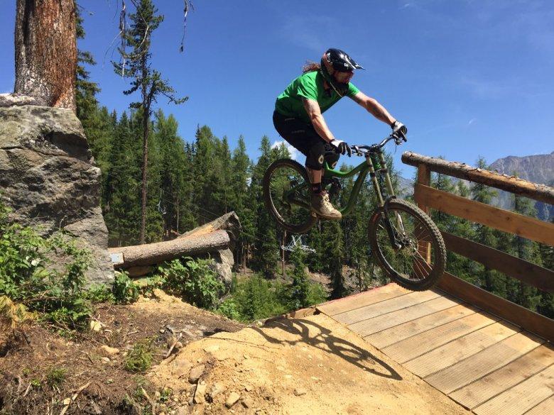 Gut gebaute Jumps wie dieser katapultieren Sölden in die oberste Trail-Liga.