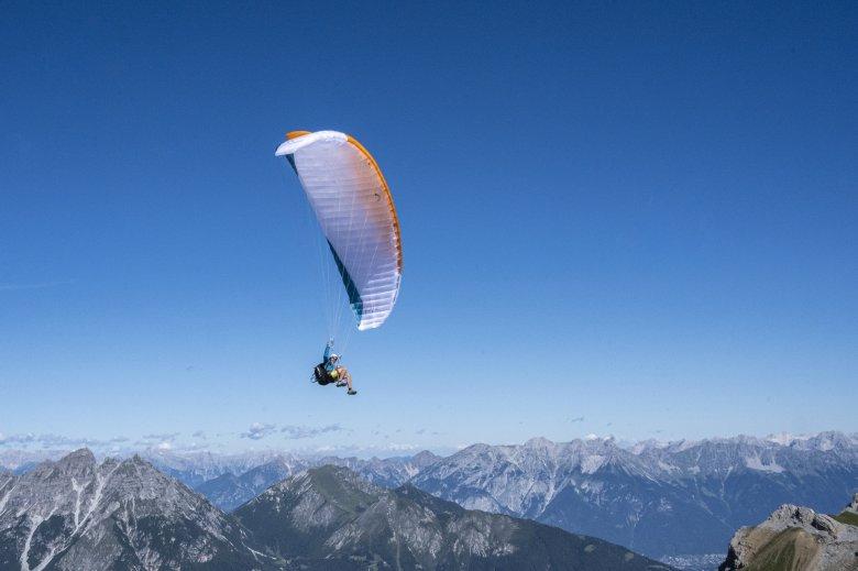 Felix fliegt hoch über den Bergen.