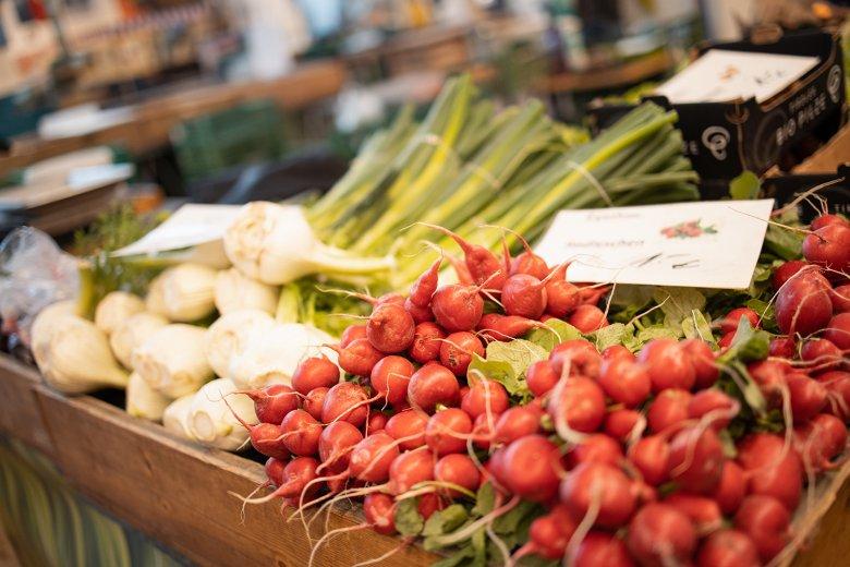 In der Markthalle findet man viel regionales Obst und Gemüse.