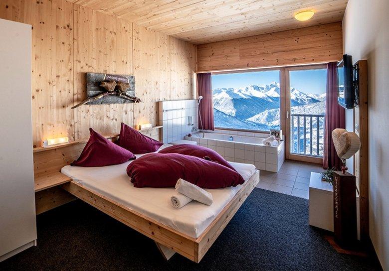 Zimmer und Badewanne mit Bergblick. Foto: Venet Bergbahnen