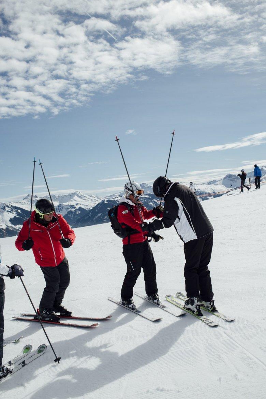 Vier bis fünf Stunden sind Skilehrer meist mit ihren Kursen unterwegs. Freie Tage gibt es während der Saison von Dezember bis Ende März nur selten.