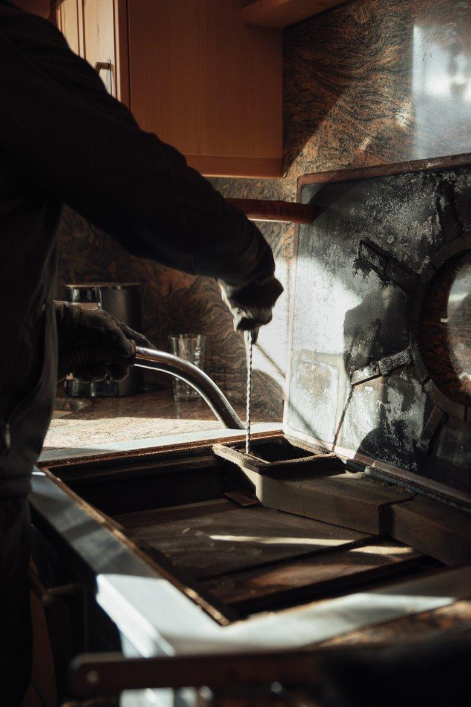 Alte Schule: Bei den alten Holzheizanlagen müssen sich die Kaminkehrer noch die Hände schmutzig machen.