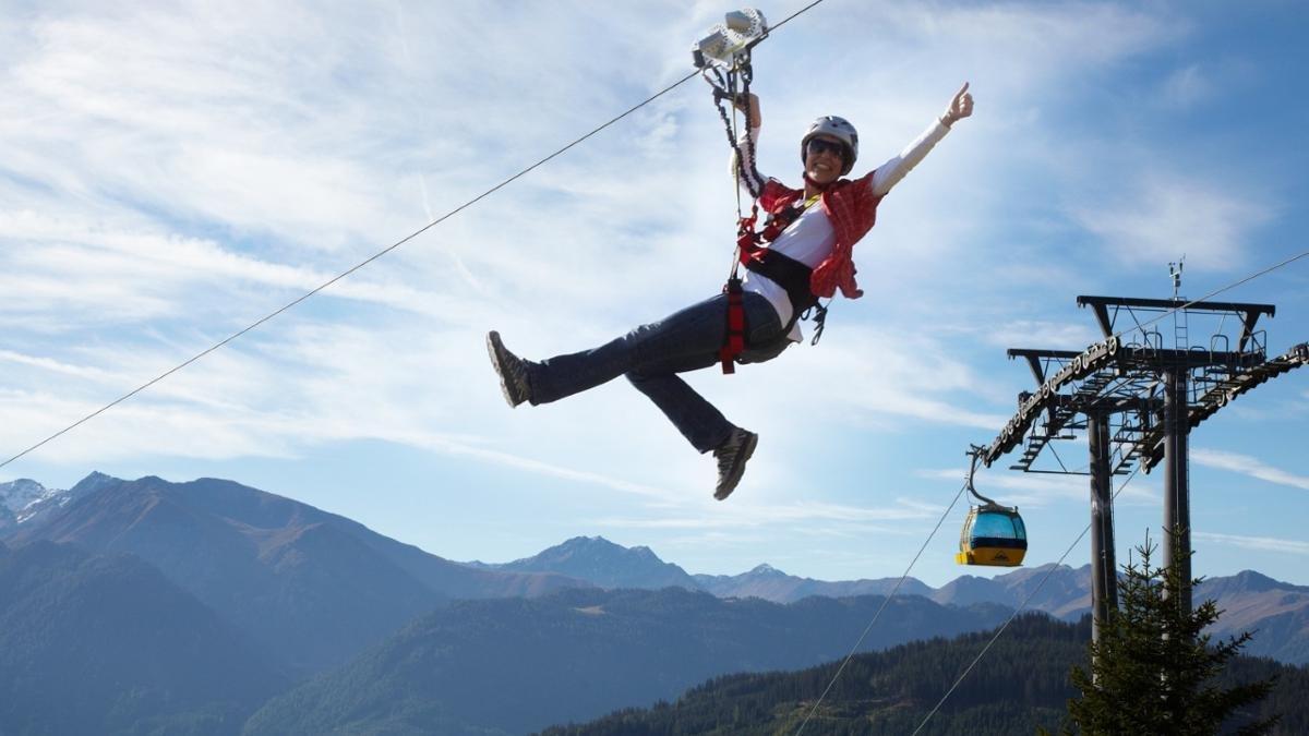 In 85 Metern Höhe über Skifahrer oder Wanderer dahin zu sausen, das ist Adrenalin pur. In vier Streckenabschnitten führt die Stahlseilrutsche Serfauser Sauser von der Sunliner-Bergstation bis zur Komperdell-Talstation., © Serfaus-Fiss-Ladis