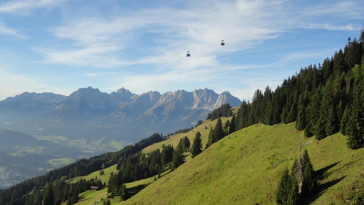 Wer sich die 2.962 Meter hohe Zugspitze nicht selbst erarbeiten kann oder will, vertraut sich der Ehrwalder Zugspitzbahn an, die ihn bequem und innerhalb kürzester Zeit auf den Gipfel bringt., © Tirol Werbung/vivalpin