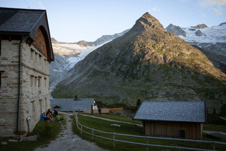Der offizielle Name des Dreitausenders, an dessen Fuß die Berliner Hütte liegt, ist III. Hornspitze. Seit mehr als 100 Jahren allerdings bevorzugen gletschergängige Bergsteiger den Namen Berliner Spitze.