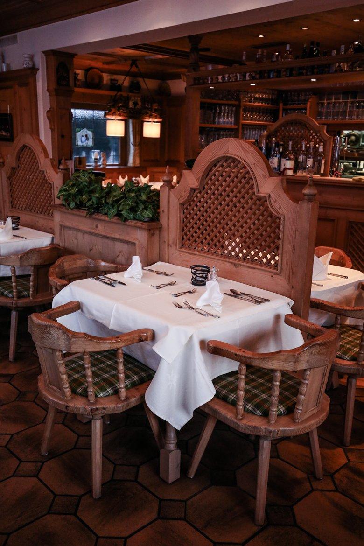 Bergdoktor Fans wissen genau, welche romantische Szene sich an diesem Tisch im Gasthaus Wilder Kaiser ereignet hat :-)