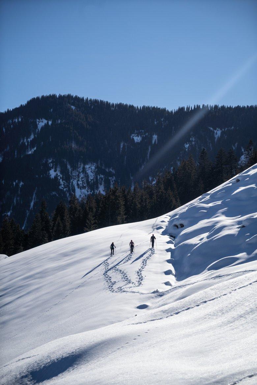 Spuren im Schnee: Unser Autor macht mit seiner Frau Christelle und Carla eine Schneeschuhwanderung.