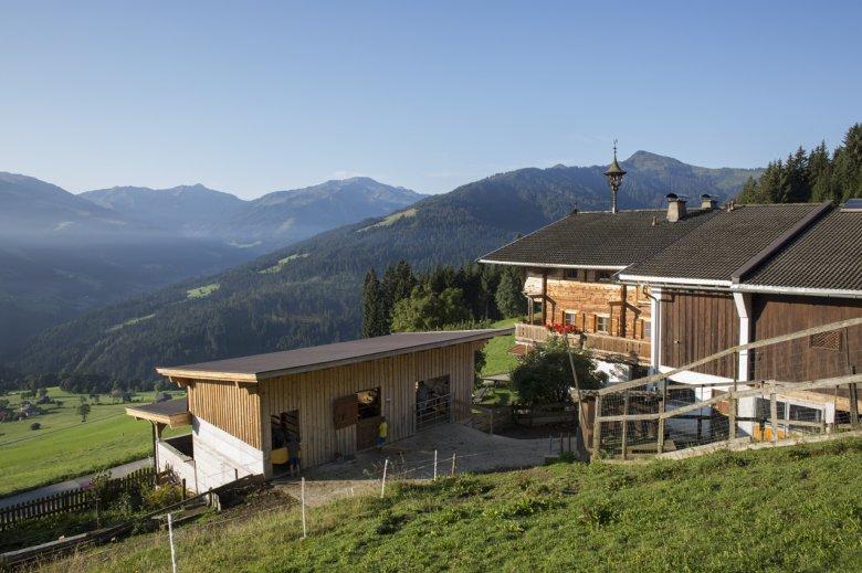 Familie Fleckl vermietet auf ihrem Flecklhof auch zwei Ferienwohnungen – der weite Blick in die Kitzbüheler Alpen ist inklusive.