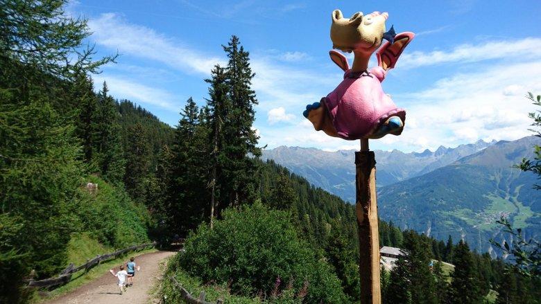 Thomas-Brezina-Abenteuerberg-Hexenweg-Fiss-(c)-Tirol-Werbung—Julia-Koenig
