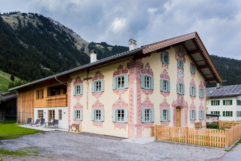 """Die sogenannte """"Lüftlmalerei"""", d.h. die Verzierungen an der Hausfassade sind typisch für alte Lechtaler Häuser. So peppte man sein Haus zusätzlich auf."""